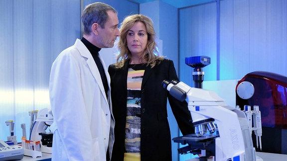 """Szene aus """"In aller Freundschaft"""": Ein Mann und eine Frau in einem Krankenhausraum."""
