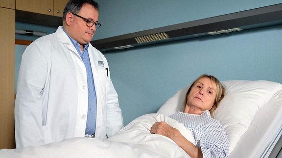 """Szene aus """"In aller Freundschaft"""": Ein Arzt spricht mit einer Frau im Krankenbett."""