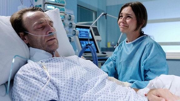 Sophia Müller (Susan Hoecke) ist verzweifelt. Ihr Freund Dr. Martin Stein (Bernhard Bettermann) schwebt in Lebensgefahr.