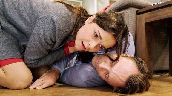 Sophia Müller (Susan Hoecke) war eigentlich auf dem Weg zu einem Casting, doch sie wollte ihrem Freund Martin Stein (Bernhard Bettermann) noch schnell etwas zu Essen vorbei bringen. Doch als sie ankommt, liegt Martin bewusstlos auf dem Boden.