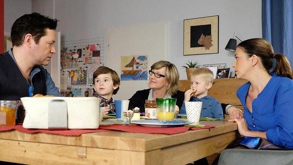 Als Frau Bianca Tietze (Heike Jonca, mi.) das erste Mal bei Arzu (Arzu Bazman, re.) und Philipp (Thomas Koch, li.) die Kinder betreut, müssen Oskar (Leonard Scholz, 2.v.li.) und Max (Ben Grünberg, 2.v.re.) geschniegelt und gebügelt am Tisch sitzen. Die beiden Jungs mögen das neue Kindermädchen überhaupt nicht.