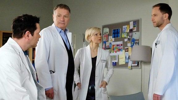 v.li. nach re.: Dr. Brentano (Thomas Koch), Dr. Roland Heilmann (Thomas Rühmann), Kathrin Globisch (Andrea Kathrin Loewig),  Dr. Kai Hoffmann (Julian Weigend)