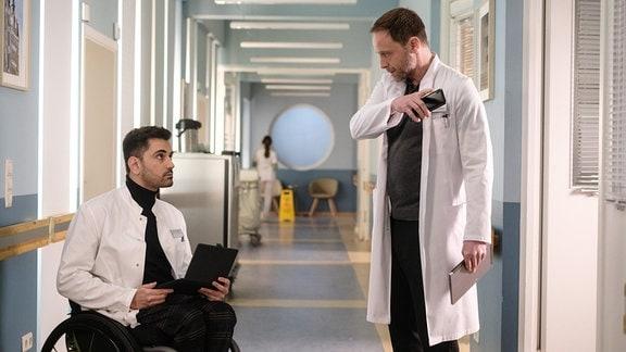Tan Çağlar als Dr. Ilay Demir und Julian Weigend als Dr. Kai Hoffmann