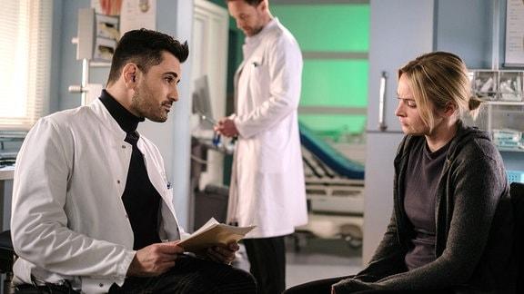 Tan Çağlar als Dr. Ilay Demir, Julian Weigend als Dr. Kai Hoffmann und Vanessa Eckart als Patientin Marita Wolff
