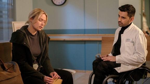 Tan Çağlar als Dr. Ilay Demir und Vanessa Eckart als Patientin Marita Wolff