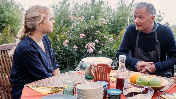 Lisa Schroth (Ella Zirzow) offenbart ihrem Vater Dr. Roland Heilmann (Thomas Rühmann), dass sie nicht Medizin studieren und somit nicht in seine Fußstapfen treten wird.