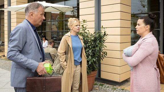 Dr. Ina Schulte (Isabell Gerschke, mi) und Dr. Roland Heilmann (Thomas Rühmann, li.) werden vor der Sachsenklinik von Nadine Heller (Julia-Maria Köhler, re.) erwartet.