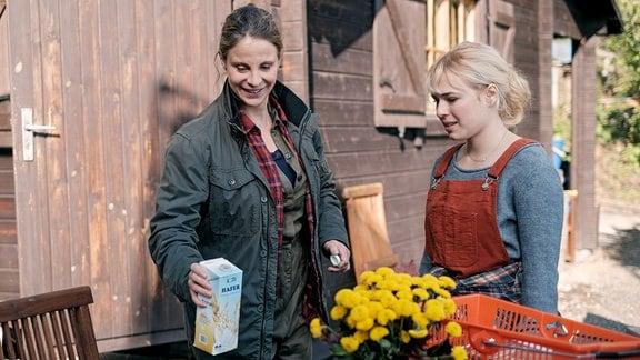 Lisa (Ella Zirzow, re.) will Katja Brückner (Julia Jäger, li.) am Bootshaus ein wenig zur Hand gehen.