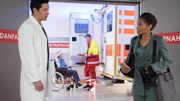 Marina Malik (Cynthia Micas) kommt humpelnd in die Sachsenklinik. Die junge Frau ist beim Joggen gestürzt und hatte dann nicht gleich Zeit zum Arzt zu gehen. Jetzt sind die Schmerzen jedoch ziemlich stark und Dr. Philipp Brentano (Thomas Koch) nimmt sich ihrer an.