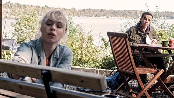 Auch Jonas (Anthony Petrifke) geht davon aus, dass Lisas (Ella Zirzow) Medizin studieren wird.
