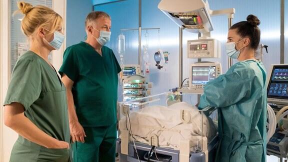Dr. Ina Schulte (Isabell Gerschke, li.) und Dr. Roland Heilmann (Thomas Rühmann) fragen Nadine, ob sie mit lebenserhaltenden MaÃßnahmen einverstanden ist.