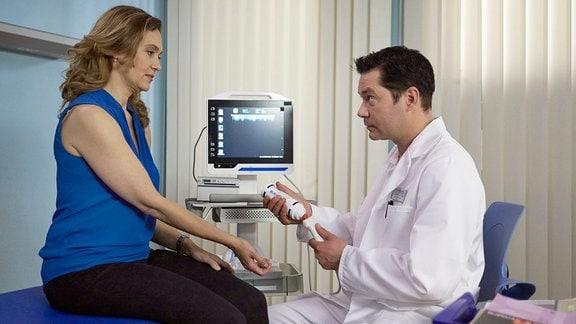 Oana Solomon als Carola Rottkamp und Thomas Koch als Dr. Philipp Brentano