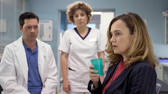 Oana Solomon als Carola Rottkamp, Thomas Koch als Dr. Philipp Brentano und Anita Vulesica als Schwester Ulrike Stolze