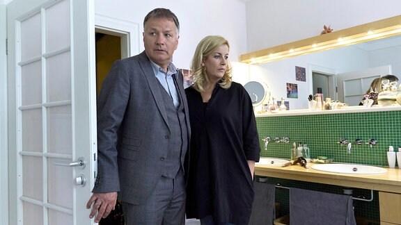 Thomas Rühmann als Roland Heilmann und Alexa Maria Surholt als Sarah Marquardt
