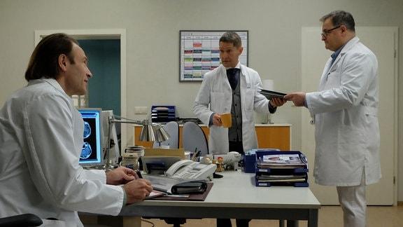 Bernhard Bettermann als Dr. Martin Stein, Udo Schenk als Dr. Kaminski und Michael Trischan als Hans-Peter Brenner