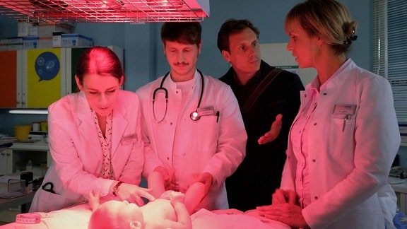 Anja Nejarri als Dr. Lea Peters, Patrick Kalupa als Jenne Derbeck, Annett Renneberg als Dr. Maria Weber und ein Komparse als Kinderarzt