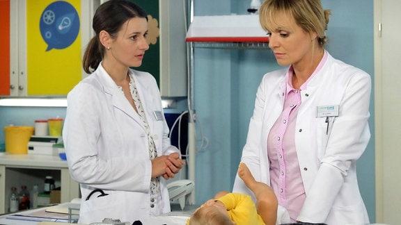 Anja Nejarri als Dr. Lea Peters und Annett Renneberg und Dr. Maria Weber