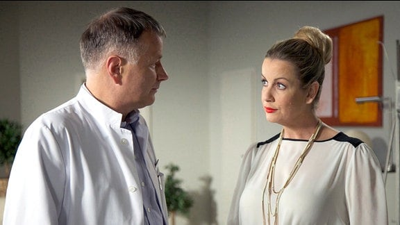 Thomas Rühmann als Dr. Roland Heilmann und Alexa Maria Surholt als Sarah Marquardt