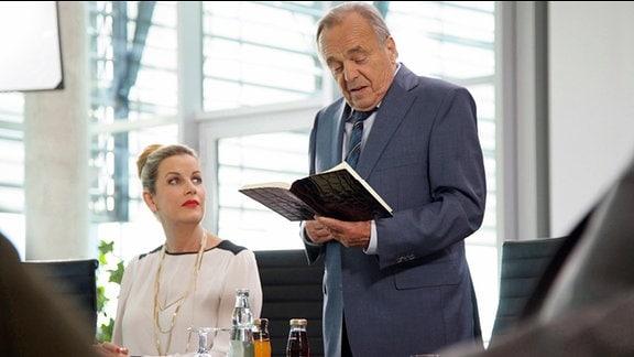 Dieter Bellmann als Prof. Dr. Gernot Simoni und Alexa Maria Surholt als Verwaltungsdirektorin Sarah Marquardt