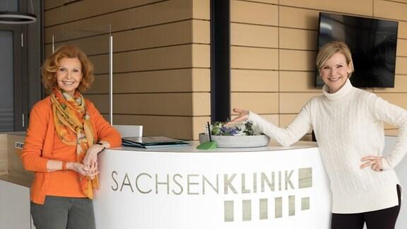 Szene aus In aller Freundschaft mit Andrea Kathrin Loewig und Jutta Kammann