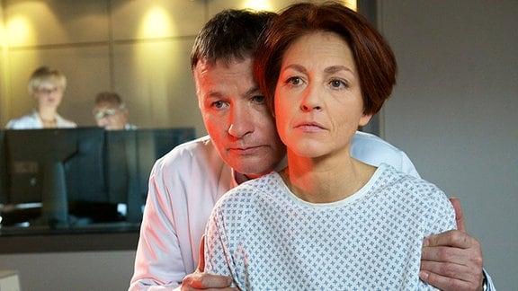 Pia Heilmann (Hendrikje Fitz, re.) hat die Nachuntersuchung bezüglich ihrer Brustkrebserkrankung. Ihr Mann Dr. Roland Heilmann (Thomas Rühmann, li.) hat jedoch keine guten Nachrichten: Pia hat eine Metastase an der Wirbelsäule. Der Kampf gegen den Krebs beginnt von Neuem.