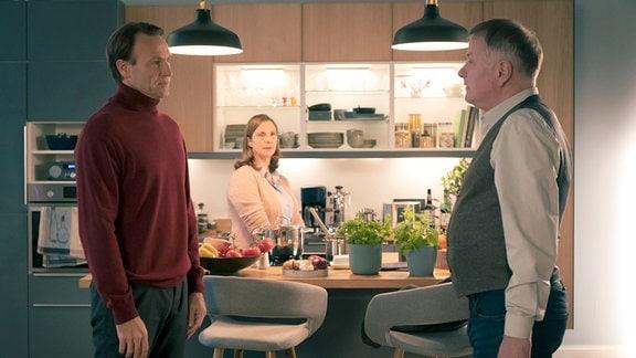 Martin Stein, Roland Heilmann und Katja Brückner in der Küche