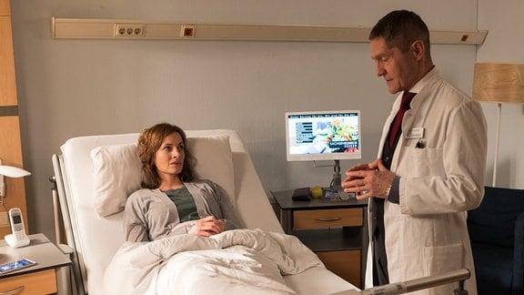 Dr. Kaminski (Udo Schenk) spricht mit Patientin Saskia Spengler (Dagny Dewath)