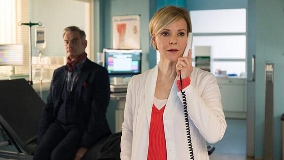 Dr. Kathrin Globisch (Andrea Kathrin Loewig) am Telefon