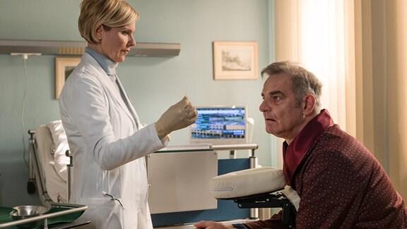Dr. Kathrin Globisch (Andrea Kathrin Loewig) möchte ihrem Patienten Piet Helmes (Heinrich Schafmeister) mit Akupunktur helfen