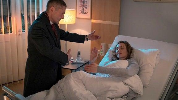 Dr. Rolf Kaminski (Udo Schenk) versucht seine Patientin Saskia Spengler (Dagny Dewath) zu beruhigen
