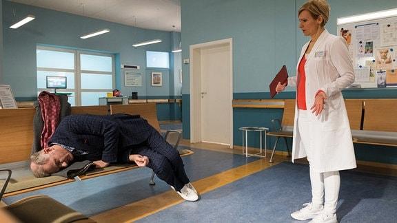 Kathrin Globisch steht vor einem Patienten im Wartebereich