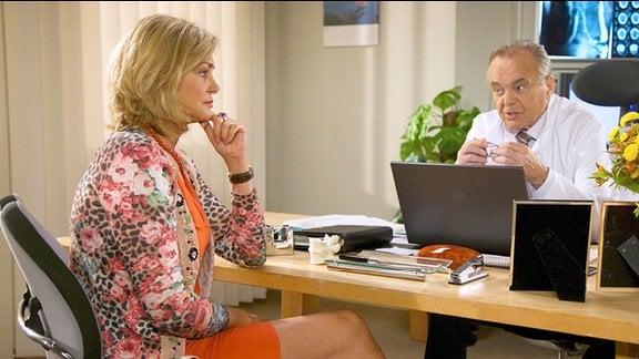 Yvonne Habermann ist bei Prof. Simoni wegen des Verdachts auf Pankreaskrebs in der Sprechstunde.