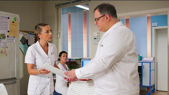 Schwester Arzu und Pfleger Hans-Peter Brenner sehen erschrocken die Krankenakte ihrer ehemalige Kollegin Yvonne Habermann.