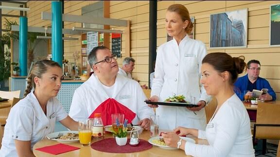 Während der Mittagspause wollen Schwester Arzu, Schwester Julia und Hans-Peter Brenner von Oberschwester Ingrid wissen, wie die Bewerbungsgespräche für ihre Nachfolge laufen.