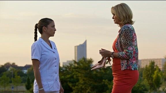 Schwester Arzu will von ihrer ehemaligen Kollegin und Freundin Yvonne Habermann wissen, warum ihr Freund Olaf in dieser schwierigen Situation nicht an ihrer Seite ist.