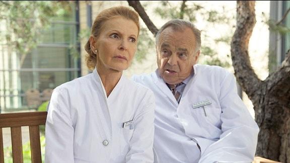 Oberschwester Ingrid tauscht sich mit ihrem Lebensgefährten Prof. Simoni über ihre Sorgen aus, wer die Pflegeabteilung und die Klinikleitung übernehmen soll.