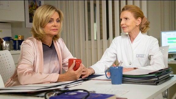 Yvonne Habermann und ihre ehemalige Vorgesetzte Oberschwester Ingrid schütten sich gegenseitig ihr Herz aus.