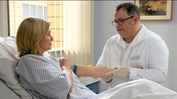 Für Hans-Peter Brenner ist es eine unerträgliche Situation, seine ehemalige Kollegin Yvonne Habermann für die bevorstehende Operation vorzubereiten.