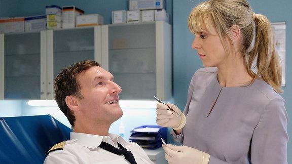 Dr. Lea Peters (Anja Nejarri) untersucht einen Piloten, der durch eine Sehstörung eine Tür übersehen hat. Lea hat alle Hände voll zu tun, sich den Flirtattacken von Bob Herfort (Siegfried Terpoorten) zu erwehren.