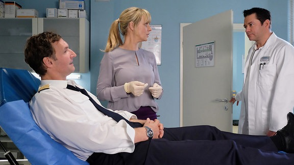 Dr. Philipp Brentano trifft Dr. Lea Peters mit Patient Bob Herfort.
