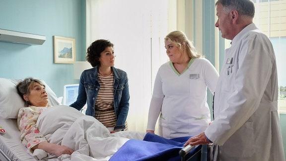 Dr. Roland Heilmann mit Elfriede Machold , ihrer Enkelin Rieke und Schwester Miriam.
