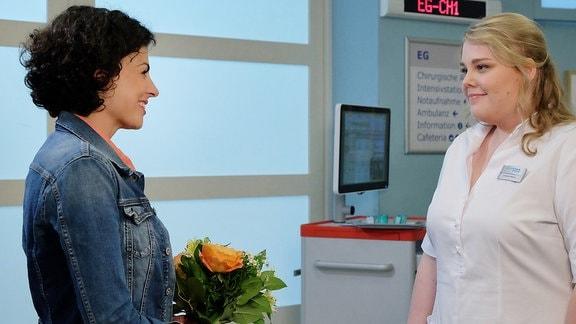 Schwester Miriam bekommt von Rieke Machold einen Blumenstrauß.