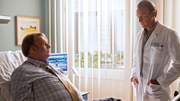 Dr. Martin Stein (Bernhard Bettermann, re.) im Krankenzimmer mit dem Patienten Quirin Härlein (Oliver Fleischer, li.),