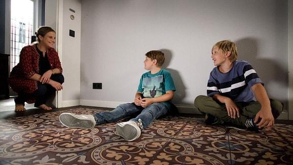 Katja Brückner (Julia Jäger) verkündet, das Moritz Heller (Jerry James Wiest, re.) nun der große Bruder eines kleinen Mädchen ist. Auch Hanno Brückner (Kasimir Brause, mi.) freut sich für Moritz.