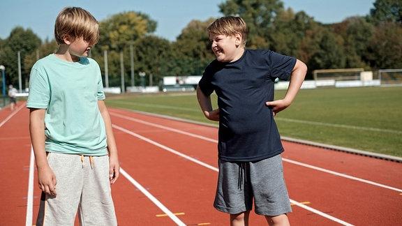 Hanno Brückner (Kasimir Brause, re.) und Moritz Heller (Jerry James Wiest, li.)  auf dem Sportplatz.