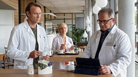 Dr. Martin Stein (Bernhard Bettermann, li.) mit Dr. Kathrin Globisch (Andrea Kathrin Loewig, mi.) und Hans-Peter Brenner (Michael Trischan, re.) in der Cafeteria