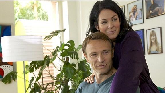 Elena Eichhorn (Cheryl Shepard) und ihre Tochter Sophie sind bei Martin Stein (Bernhard Bettermann) eingezogen. Obwohl überall noch Umzugschaos herrscht, ist Martin über diese Entwicklung sehr glücklich.