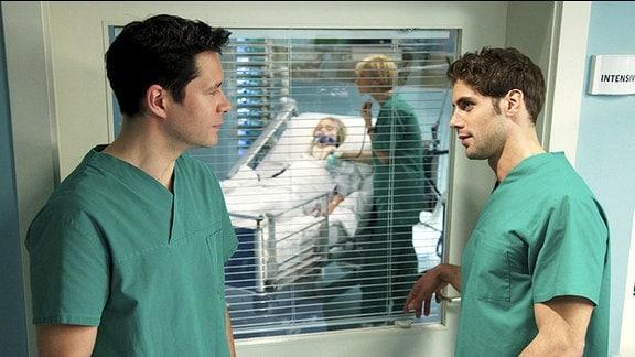 Dr. Philipp Brentano (Thomas Koch, li.) und Dr. Niklas Ahrend (Roy Peter Link, re.) sind zu Konkurrenten um die neu ausgeschriebene Oberarztstelle der Sachsenklinik geworden.