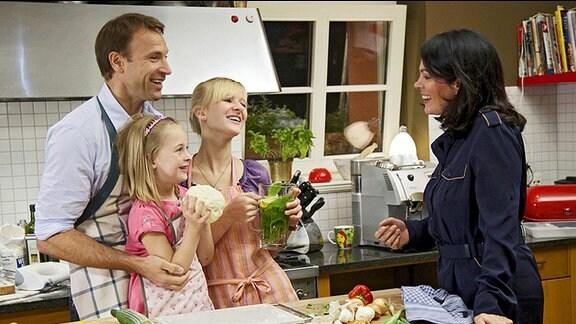Dr. Martin Stein (Bernhard Bettermann) und seine Tochter Marie (Henriette Zimmeck, 3.v.li.) sind so glücklich darüber, dass Elena Eichhorn (Cheryl Shepard, re.) und ihre Tochter Sophie (Leni Johanna Trost, 2.v.li.) endlich eingezogen sind, dass Martin sofort den nächsten Schritt gehen möchte: Er will Elena einen Heiratsantrag machen. Allerdings verhält er sich dabei so verdächtig, dass er damit Elenas Argwohn weckt.
