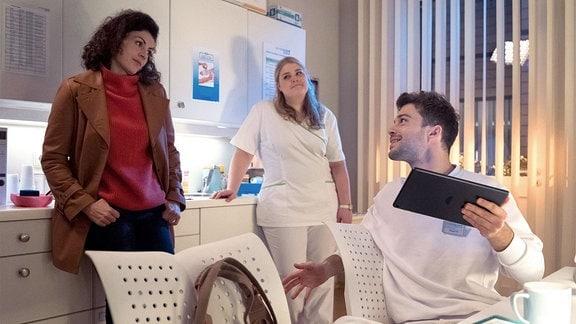 Rieke Machold will Miriam aus der Sachsenklinik abholen, um mit ihr ins Kino zu gehen. Da Miriam länger arbeiten muss, bietet sich Pfleger Kris Haas als Begleitung an.